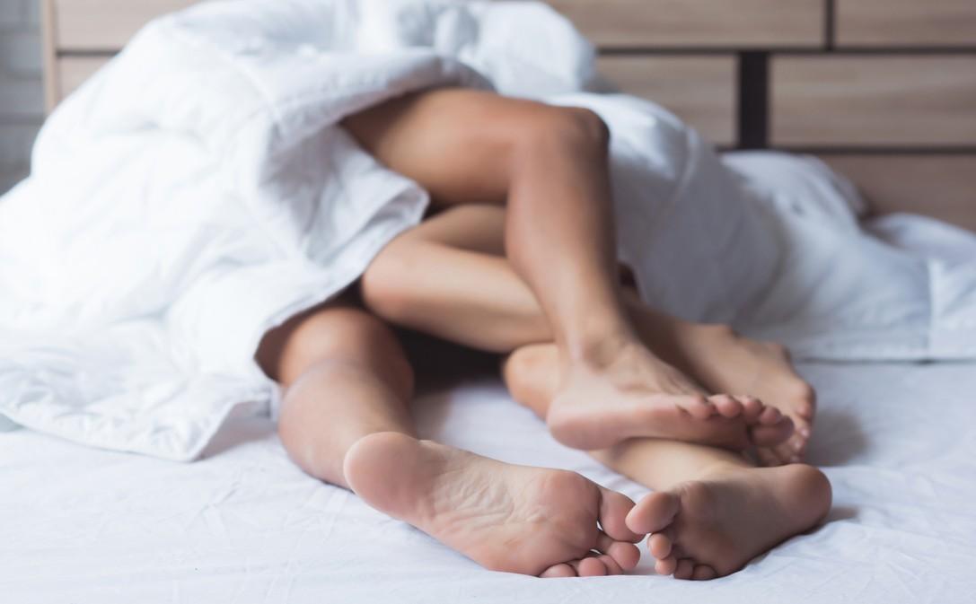 Twee mensen in bed die seks verslavend vinden, omdat het goed is voor hun lijn.